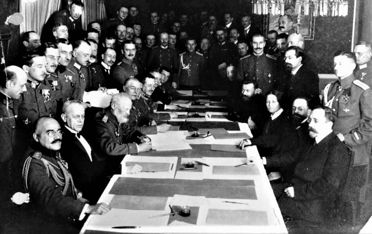I diplomatici degli Imperi centrali e della Russia al momento della firma della pace, 3 marzo 1918